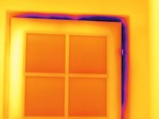 Kaltlufteinfall an undichtem Fenster